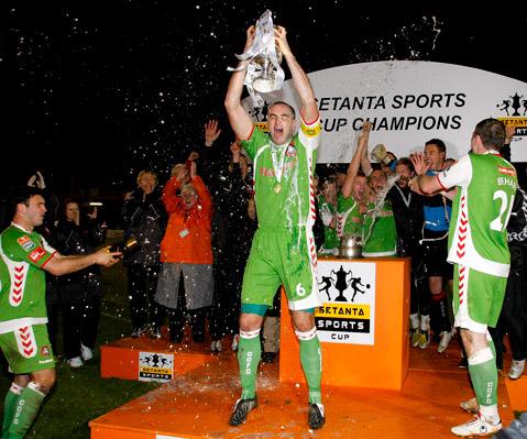 Dan Murray lifts the Setanta Sports Cup in 2008